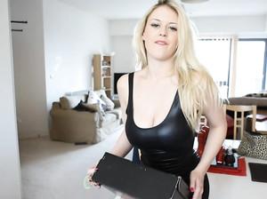Блондинка с большими сиськами переодевается перед камерой и дрочит
