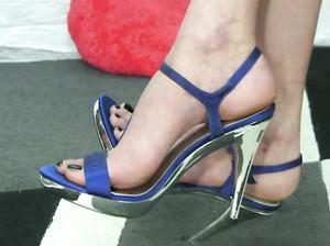 Телка показывает ножки на каблуках