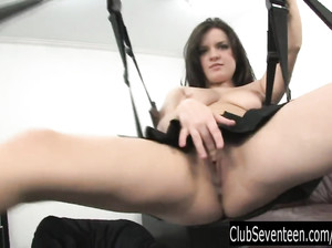 Девка в короткой юбке дрочит вагину вибратором