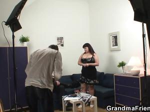 Дамочка с очень большими дойками сосет на порно кастинге