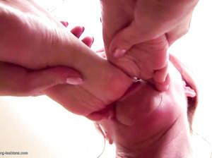 Лесбиянки-извращенки писают в рот и облизывают ноги
