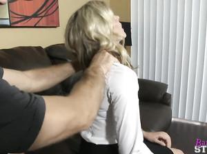 Зрелая блондинка обожает трахаться с чуваками