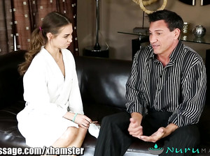 Голая девушка делает мыльный секс массаж мужчине
