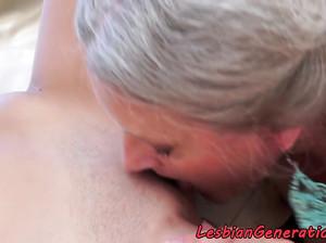 Бабушка лесбиянка садится пиздой на лицо телочки