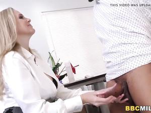 Взрослая грудастая врач дала молодому пациенту