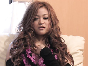 Шикарная азиатка в чулках ласкает волосатую киску