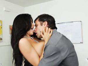 Отличный секс с горячей развратной брюнеткой