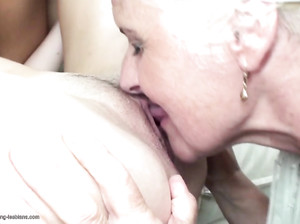 Зрелая бабушка вылизывает молодые пилотки