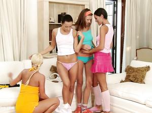 Жаркая секс оргия молодых стройных лесбиянок