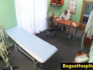 Доктор осмотрел пациентку и сделал ей кунилингус
