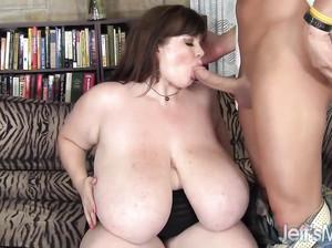 Толстая баба вывалила перед мужиком нереально большие сиськи