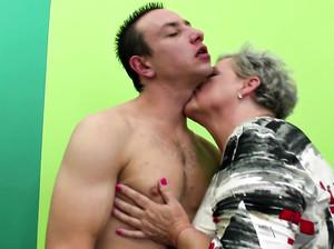 Старые бабушки ебутся с молодыми перцами