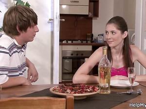 Мужик заплатил разносчику пиццы за секс со своей шмарой