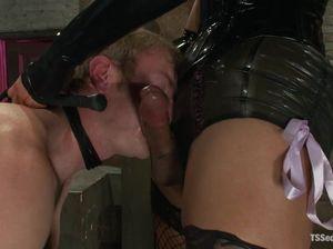 Покорный мужик дал девке трансу в анус