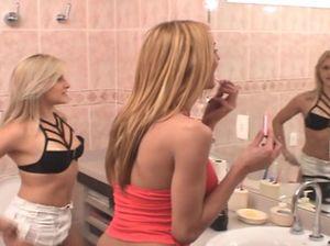 Шикарная блондинка скачет на пенисе транса