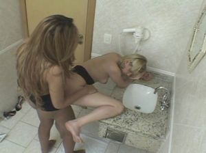 Скрытая камера зафиксировала перепихон транса и телки в туалете