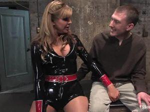 Госпожа-транс доминирует над парнем и жарит его