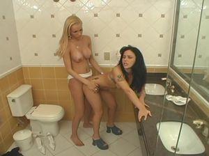 Транс блондинка выебала подругу в туалете