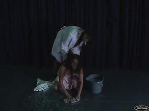 Сучка наказала рабыню и заставила ее мыть полы