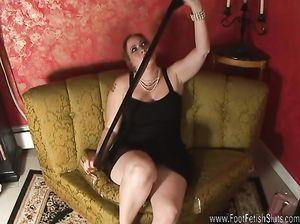 Вероника надевает на голые ноги чулки