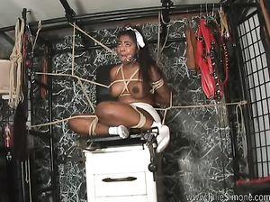 Негритянку крепко связали мощной веревкой