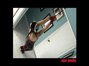 Девушку на высоких каблуках подвесили к потолку