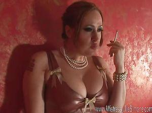 Курящая женщина сильно возбуждается от латексного платья на голое тело