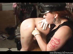 Госпожа в кожаном поставила раба раком и исследует его анал пальцами