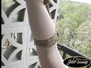 Чувак круто растянул свою телку на балконе и привязал ее