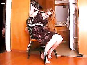 Блондинку привязали прочной веревкой  к стульчику