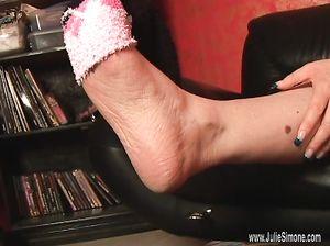 Милфу заводят махровые носочки на ногах