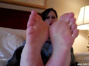 Джекки сняла обувь и показала ступни ног