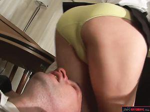 Девушка садится попкой на голову мужчине