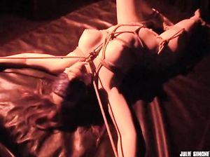 Веревка между ног дико возбуждает телку