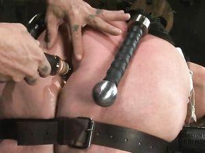 Суку с большой жопой связали и суют ей дилдо в дырку