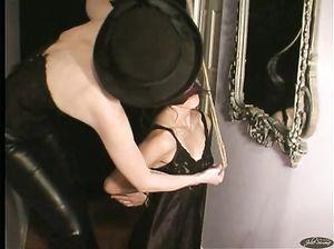 Ванда связала крепкой веревкой свою партнершу