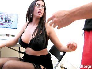 Эмма в черных чулках жахается на работе