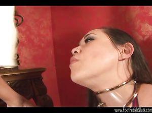 Госпожа возбуждается от ловкого язычка рабыни, облизывающей ее ноги