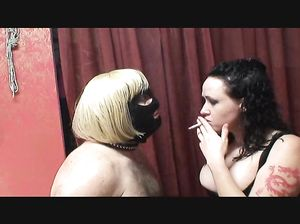 Самка курит и сбивает пепел на язык послушного чувака в маске