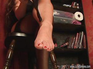 Крошка надела на стройные ножки черные чулки