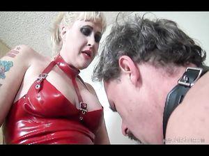 Зрелая госпожа приказала рабу сосать ее страпон