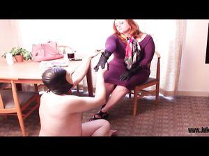 Пухлый мужик в латексной маске облизывает ноги девки