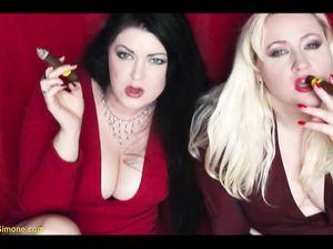 Две пышнотелые барышни сексуально курят толстые сигары