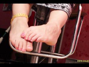 Женщина демонстрирует свои ступни ног фетишистам