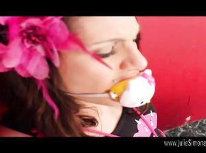 Девку с хвостиками связали и вставили ей в рот кляп