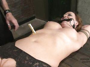 Чувак обвешивает прищепками голое тело связанной девушки