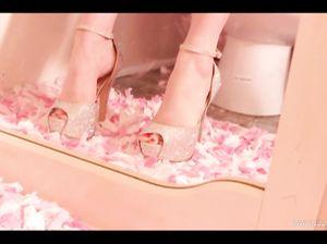 Девушка с красивыми ножками обула шикарные лабутены на каблуках