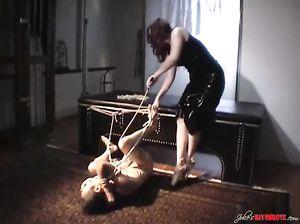 Женщина связала веревкой мужика и навешала ему прищепок на гениталии