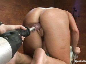 Секс машина дарит латинке Молли дикий кайф