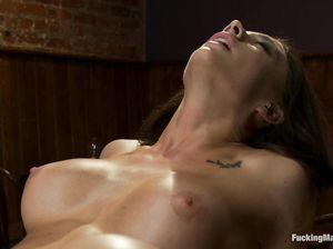 Шарлин с татуировкой на лобке чпокается с секс машиной